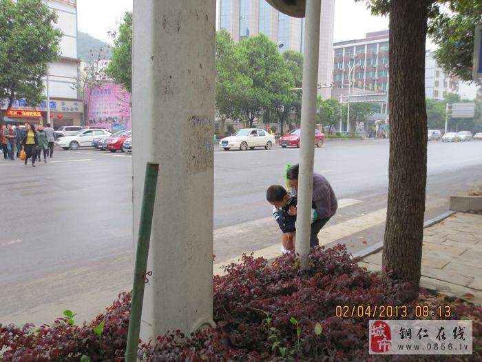 小孩当街尿尿   呼吁文明从娃娃抓起