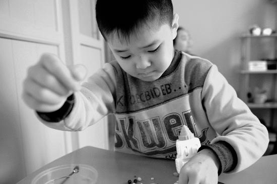自闭症日探访星星的孩子:出生遭弃养母患癌