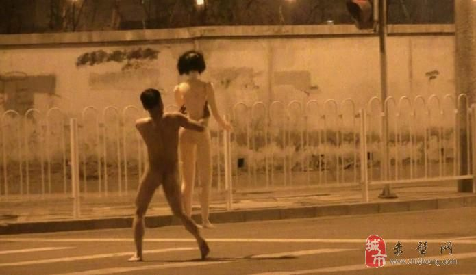 街头惊现裸奔男女 全裸男夹充气娃娃狂奔!!