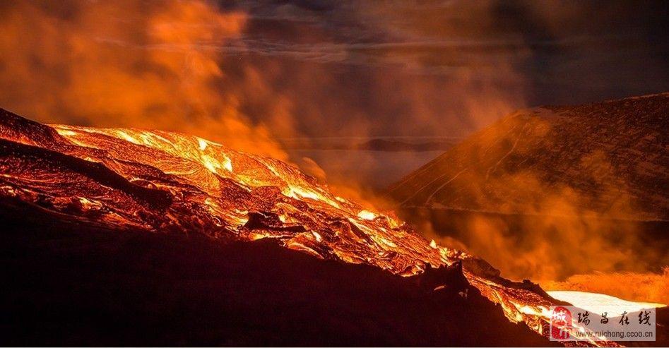 壮观!摄影师拍火山喷发岩浆横流景象