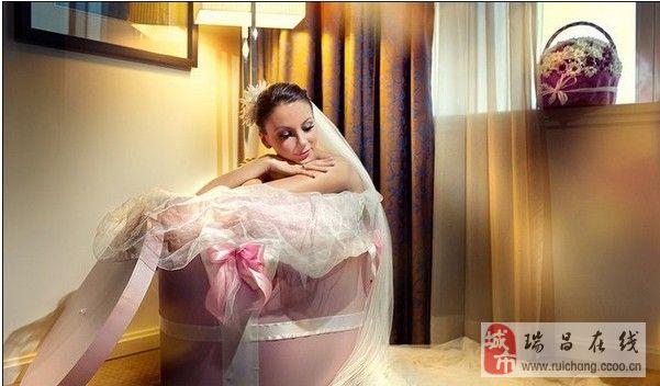 看国外另类又个性的创意婚纱照。