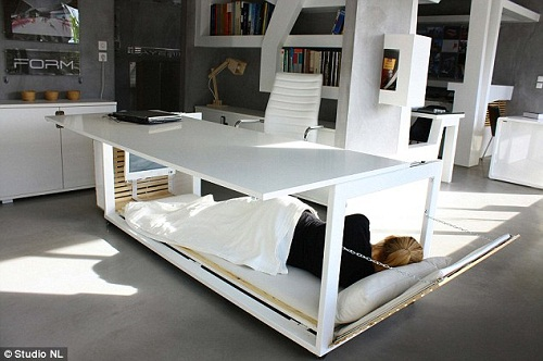 一桌两用的新型办公桌,可以转变成单人床