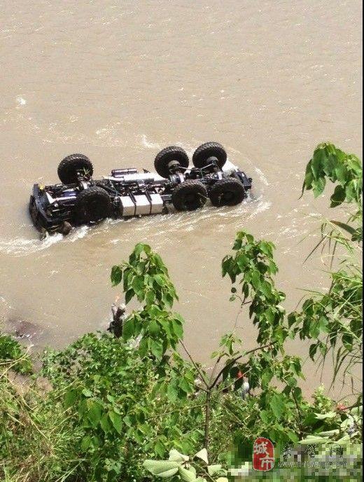 成都军区一救灾车辆赴灾区途中坠崖