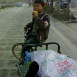 务川街上因为没钱上学,踩着三轮?#23548;?#30772;烂的儿童