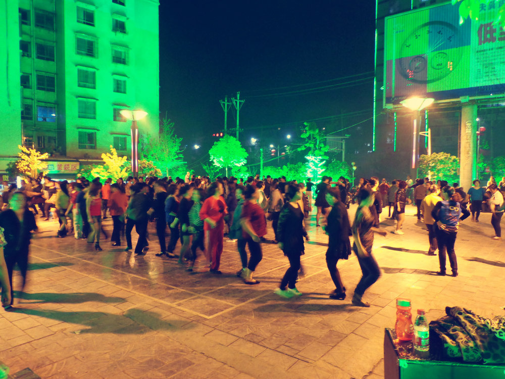 夜晚,热闹非凡的务川广场