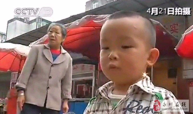 """央视采访遭小男孩""""抢镜""""报平安 称外婆很担心"""