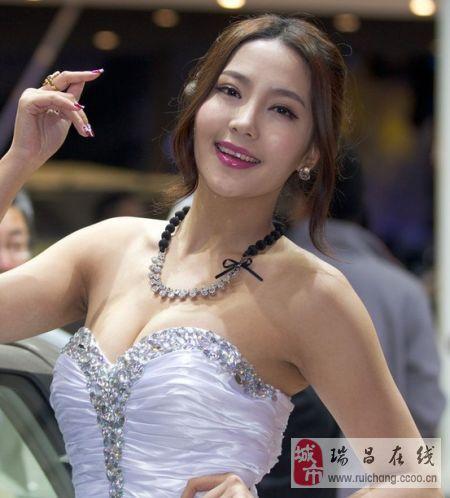 """越""""胸""""越性感的上海车展车模们。"""