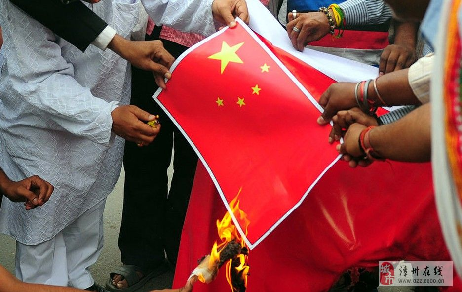 印度右翼抗议中国,燃烧中国国旗!