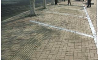 盲道上划停车位,五莲城管的领导太有才了!