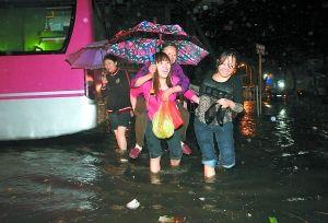 昨夜暴雨把市民淋惨了 主城30多处道路出现积水