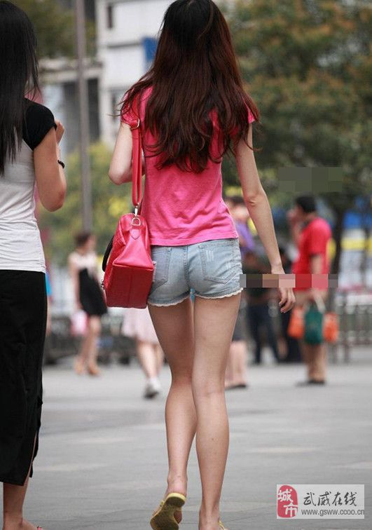 [贴图]一到夏天满街大白腿赏心悦目