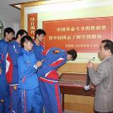 青篮四球队比赛之余参加寻乌县活动(图)