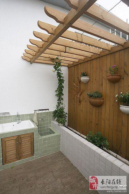 这里看到的是露台另一侧的小花园空间。