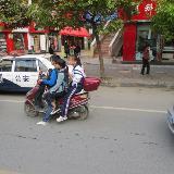 违章!小小电动车乘坐三个人实在太危险