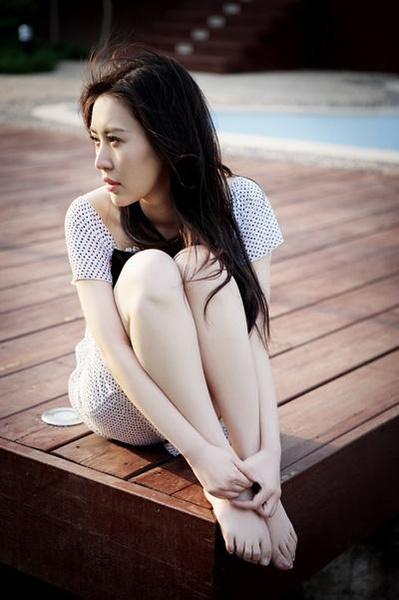 有刘亦菲的脚图片吗!_明星美脚大图图片 刘亦菲美腿美脚大图,明星美脚大图