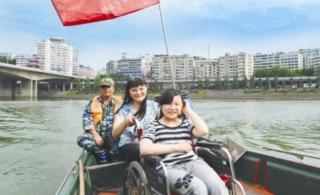 内江志愿者接轮椅女孩入城区游玩并为其捐款