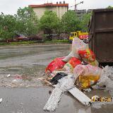 文明只差一小步 碧江梵净山大道空垃圾箱旁堆满垃圾