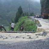 松桃寨英村民不惜冒雨维护公路畅通
