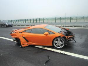 男子高速试驾300万元兰博基尼豪车撞报废