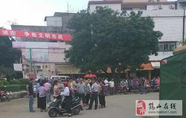 30左右,在鹤山市共和镇镇政府门口,一大群共和铁岗村的村民拉着横额
