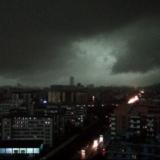 组图:广州突降倾盆大雨 白昼变黑夜