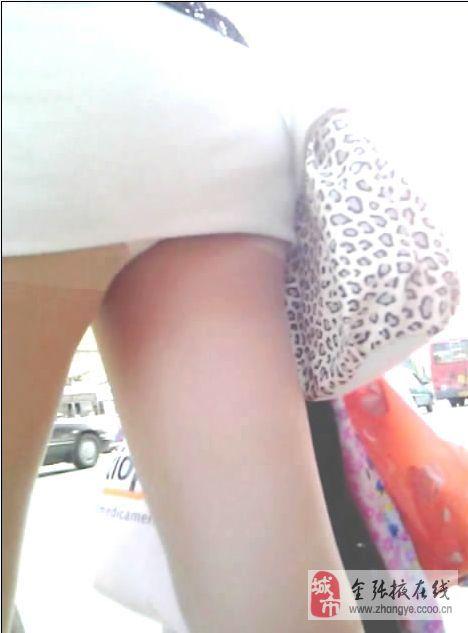 街拍白色紧身裤内痕 街拍白色紧身裤翘臀 街拍白色紧身裤翘臀图片