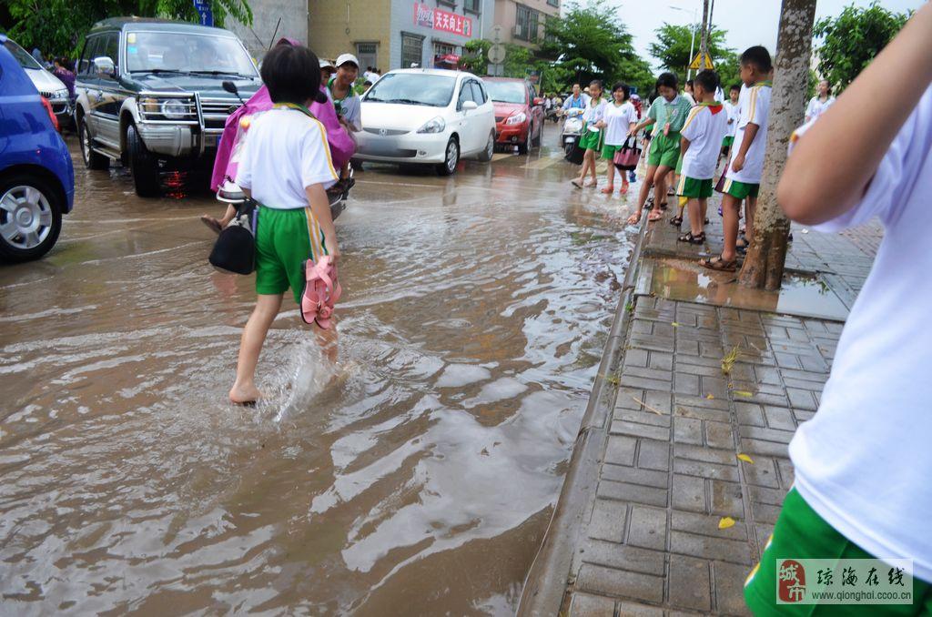 [原创]v新闻新闻小学大雨过后成积涝!_小学报料体育课水平路段图片