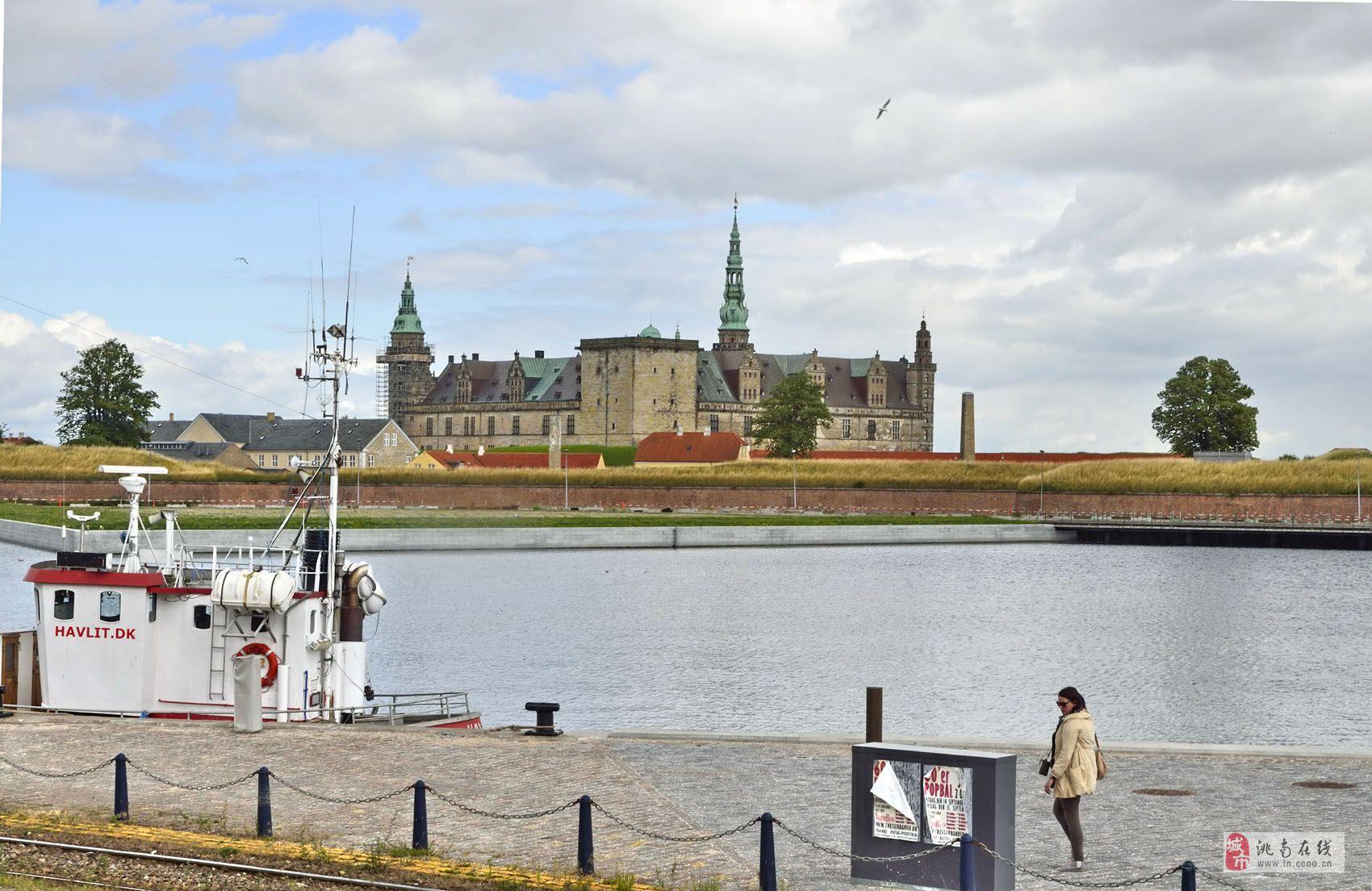 游览俄罗斯和北欧四国(八十一) 我们告别瑞典首都斯德哥尔摩之后,旅游巴士载着我们旅游团一行穿越哥德堡和林雪平两个城市,行驶在北欧大地上,欣赏沿途风光。经过三个多小时的行驶,我们便来到了充满诗意浪漫的童话王国丹麦,丹麦不但拥有灿烂的城堡、诗意的田园风情以及格陵兰壮美的冰川,还有童话大师安徒生为我们编织的美丽童话故事。据导游介绍:在丹麦语中,丹为沙滩、森林之意,麦为土地、国家之意。丹麦是世界上最早的君主立宪制国家。丹麦王国位于欧洲大陆西北端,东靠波罗的海,西濒北海,北面与挪威、瑞典隔海相望,