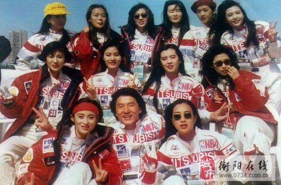 成龙合影汇聚香港女星:我的毕业照叫艳福不浅
