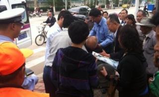 肥城六中西边十字路口一老人晕倒大伙全力伸出援手!