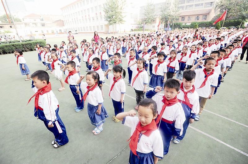 """城区英雄街小学举办""""红领巾心向党""""新队员入队仪式"""