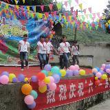 铜仁学院绿丝带协会参加碧江云场坪小学六一庆祝活动