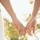 找个人。牵着手。去白头。