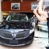 武汉4S店门口男子怒砸81万元林肯因车不符国标无法上牌