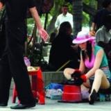 这样的漂亮女人在街上摆摊擦鞋,你会光顾吗?