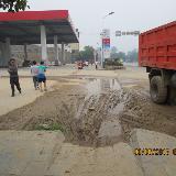 地势低凹集污泥 附近居民路难行