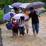 松桃山洪暴发救援人员紧急转移288名被困小学生