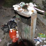 铜仁东太大道空垃圾箱旁丢满垃圾令人气愤