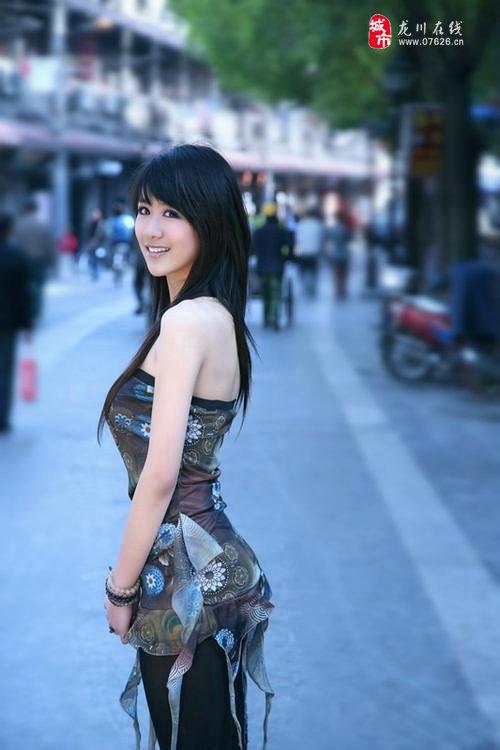 夏天到街拍龙川美女穿衣打扮