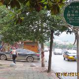 碧江区城市花园路段轿车堵住人行道