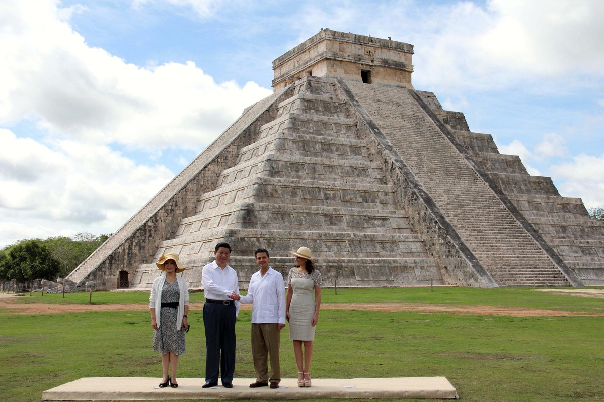 习近平夫妇参观墨西哥玛雅金字塔