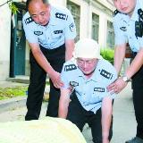 民警为送丢证考生