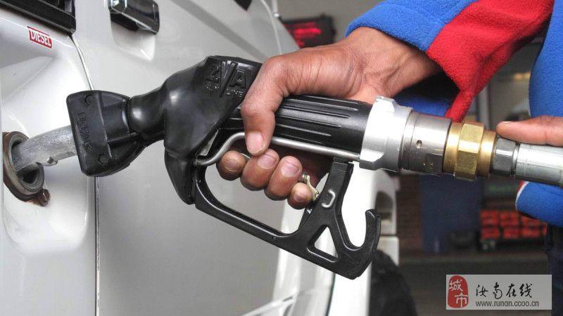 [推荐]车加油时你注意到加油员的这个小动作了吗?