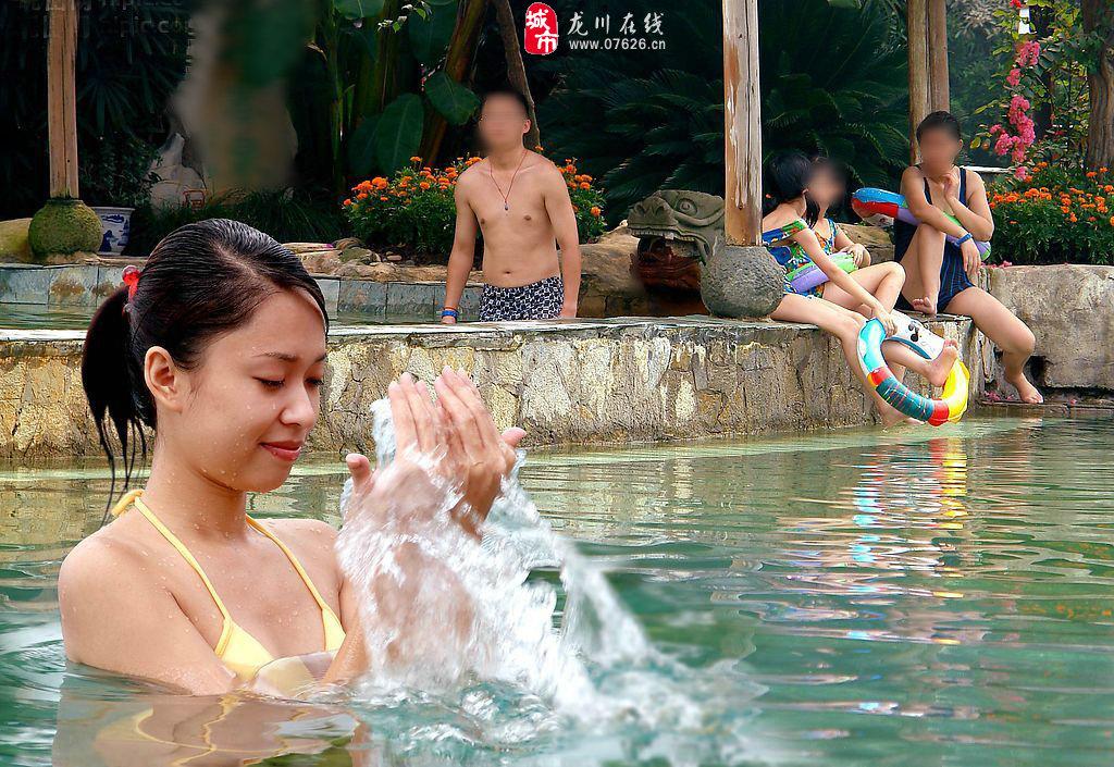 实拍龙川美女夏日泳池戏水