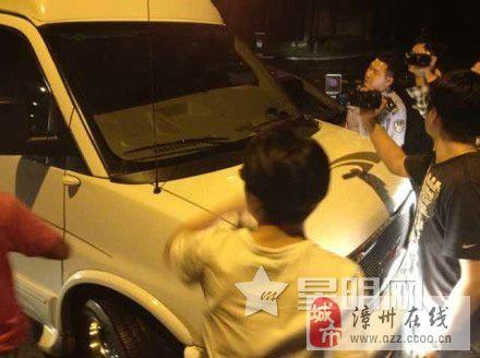 曝释小龙司机殴打摄影师 与疑似新女友驾车离开拒不配合警方