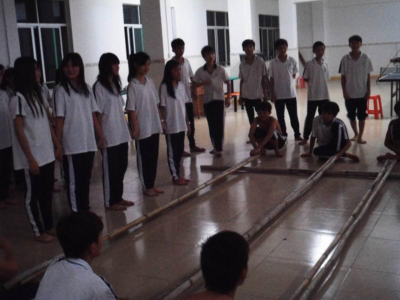 琼海石壁中学进行中学生竹竿舞排练