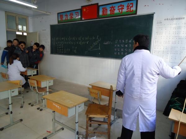 封丘卫生防疫站_桓台县卫生防疫站防疫人员给学生们做结核病皮