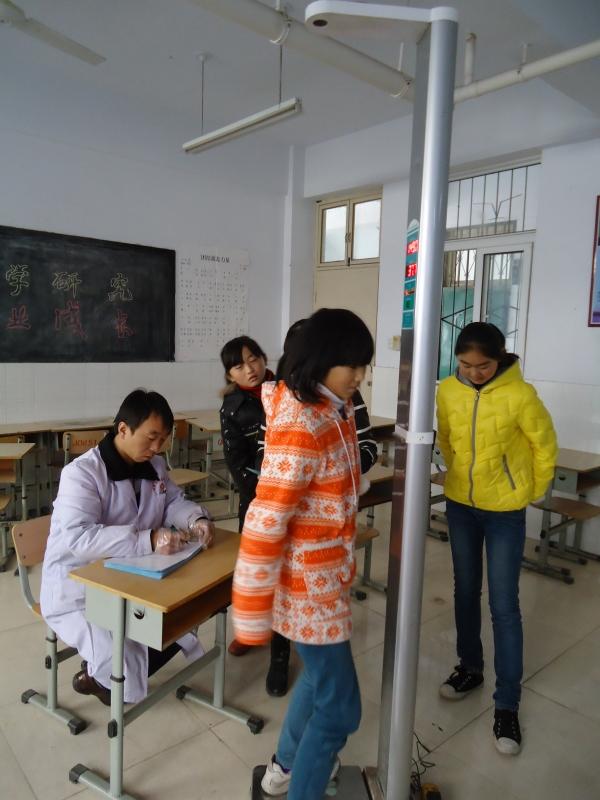 南开区卫生防疫站_桓台县卫生防疫站防疫人员给学生们做结核病皮