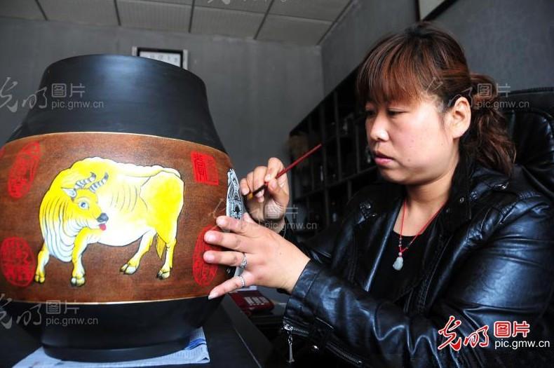 山东省齐河县黄源黑陶艺术制品有限公司总设计师,今年45岁...