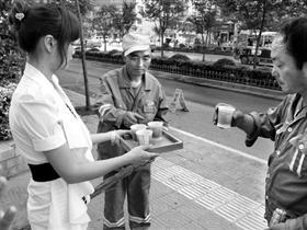 """?#37096;?#34;矿?#20064;?#34;20万买走""""天价茶"""" 请清洁工喝"""